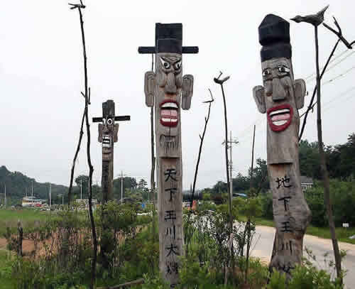Korea-Andong-Jangseung_and_sotdae_near_Ongcheonri