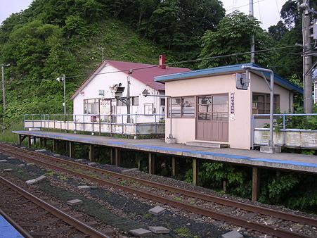 本石倉駅ホームと待合室