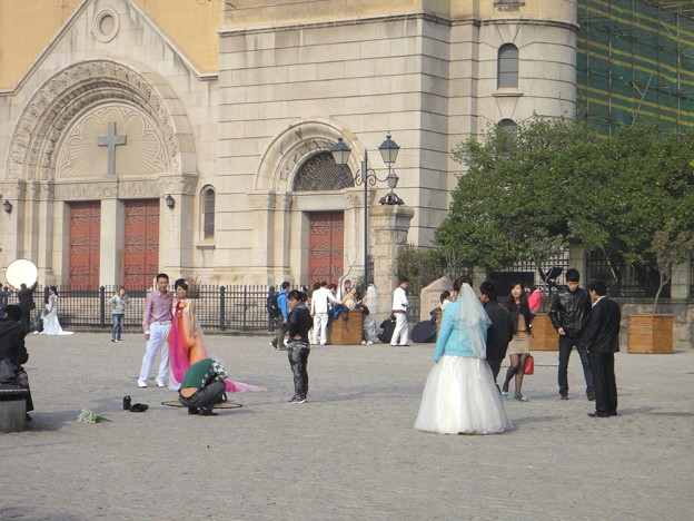 青島 キリスト教会前で撮影の方々