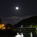 湖上に浮かぶ月