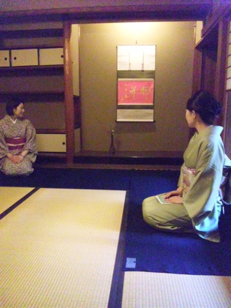Photos: 先生方がお茶室でミーティング中。まもなく開講!ピンクの掛け軸がポ...
