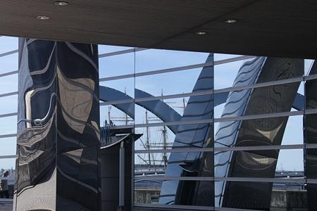 外壁に映る現代風アートの光景