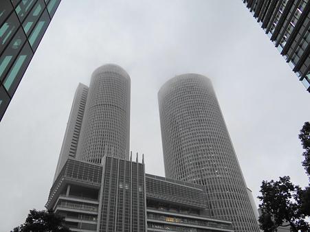 雨に煙るツインタワーズ