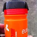 写真: 蓋がずれてるエウスカルテルボトル