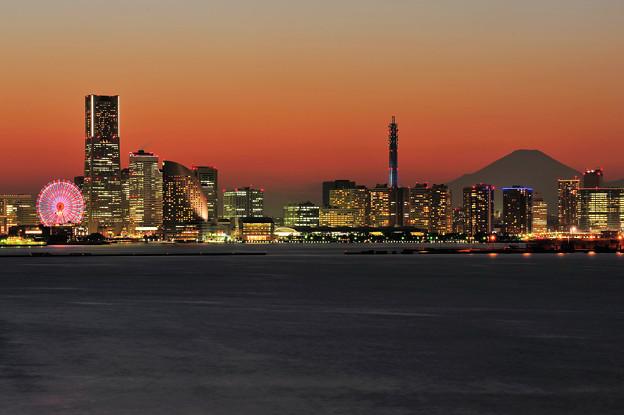 夕暮れのMM21と富士山