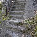 岩を削って階段に!