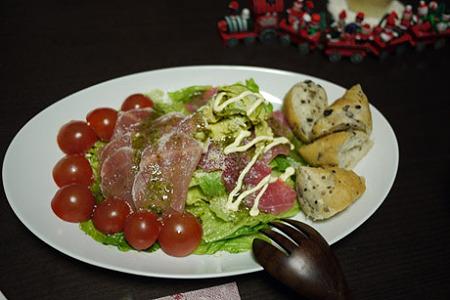 アボカドとマグロ、生ハムとミニトマトのサラダ