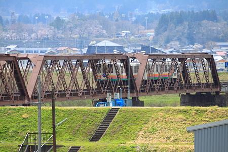 日本最古のトラス橋を渡るYR880型