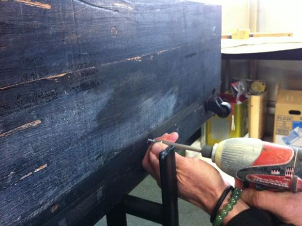 写真: 底板取り付け作業