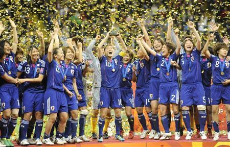 2011.7.18 07 09 米国を破り初優勝を果たした日本イレブン=フランクフルト(共同)