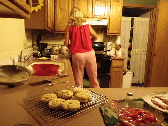 カンザス州キングマンのベッド&ブレックファスト…朝食準備中のオウナー。