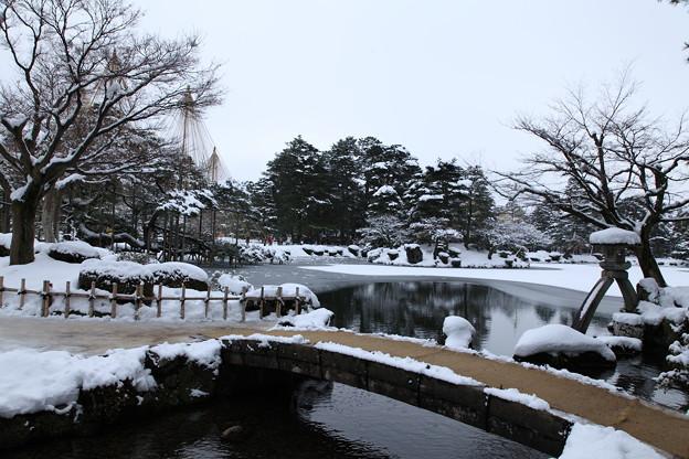 雪の兼六園 徽軫灯籠と虹橋
