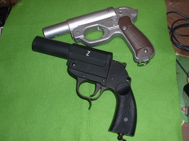 画像…手持ち 癌住吉(頑住吉)氏「ドイツ軍正式信号拳銃 LP-42」とCAW「カンプ ピストル」