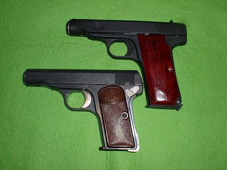 ベースのアカデミー製「M1900」(下)と改造「1式(浜田式)拳銃」(上)Doburoku-TAO