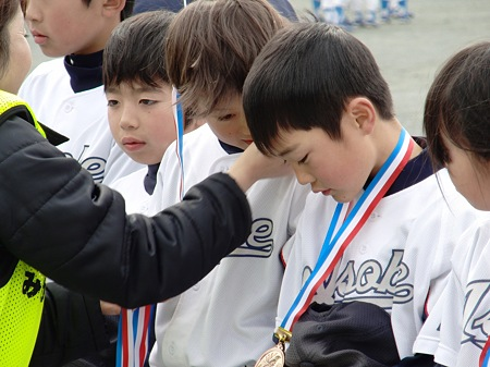 メダルをかけてもらう